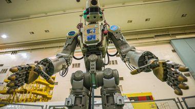 Russisk robot endelig koblet til romstasjon