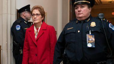 Bak lukkede dører sa diplomaten at hun følte seg truet. Nå vitner hun for åpen sal.