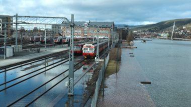 Stormflo stengte to jernbanestasjoner