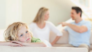 Holde sammen eller bryte ut? Dette mener ekspertene er best for barna.